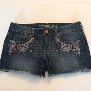 AMERICAN EAGLE Embroidered flowery shorts